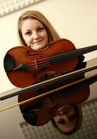 Violistka Lenka Němcová, rodačka zČeských Budějovic, absolutní vítězka soutěže konzervatoří 2014voboru viol. Na snímku vroce 2012.