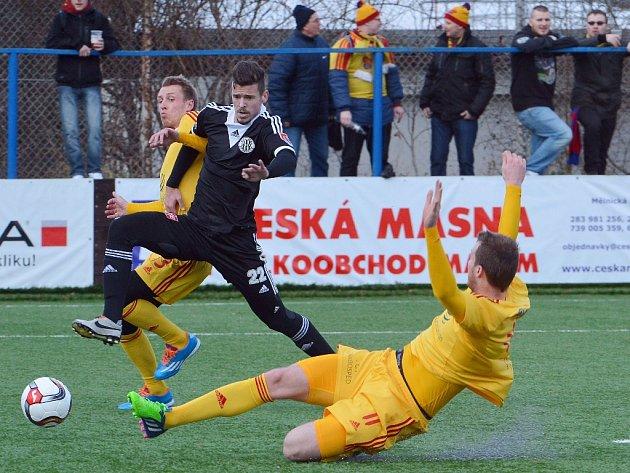 Filip Vaněk v duelu s Duklou bojuje s Dominikem Preislerem a Romanem Polomem.