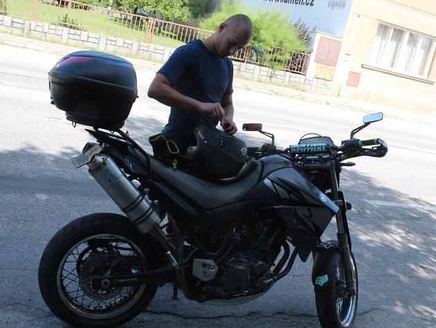 Motorkář Pavel Vítů z Budějovic po ukončení bezproblémové dechové zkoušky při dopravní kontrole v Lišově.
