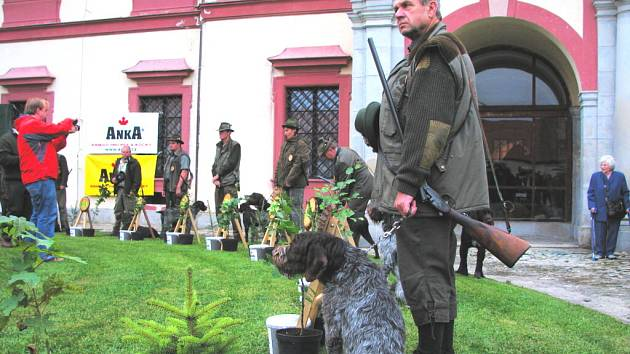 Slavnostní zahájení Memoriálu Josefa Kuhna se uskutečnilo na nádvoří loveckého zámku Ohrada nedaleko Hluboké nad Vltavou.