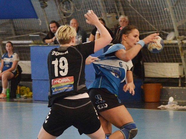 BOJ. Písecká Nikola Kozáková (u míče) svádí tvrdý souboj s olomouckou Janou Spíchalovou.