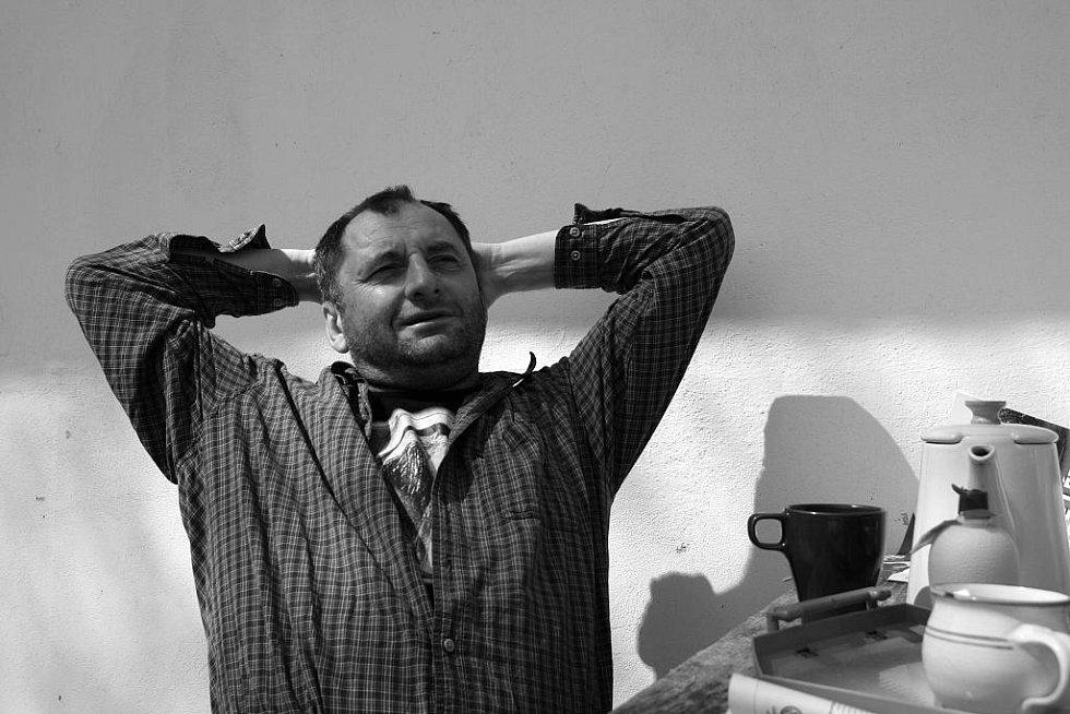 Svérázný písničkář Václav Koubek ve svém Vesnickém hudebním klubu v Chotěmicích na Táborsku.