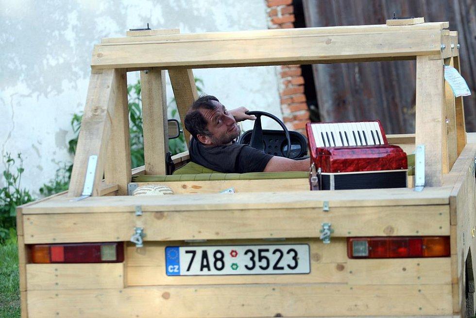Svérázný písničkář Václav Koubek ve svém Vesnickém hudebním klubu v Chotěmicích na Táborsku.Smrkomobil