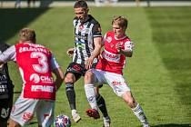 Petr Javorek v zápase s Pardubicemi bojuje s Čelůstkou a Tischlerem: Dynamo - Pardubice 3:1.