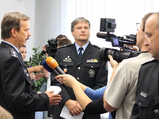 Na dotazy novinářů týkající se sobotního protestního shromáždění v pondělí odpovídali šéf jihočeské policie Radomír Heřman a jeho náměstek Roman Bláha (zleva).
