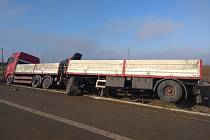 Na dálnici D3 u Veselí nad Lužnicí je převrácený kamion s přívěsem.