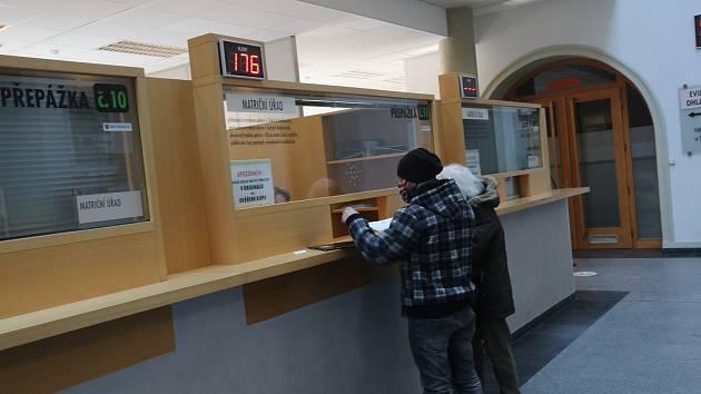 Radnice na náměstí Přemysla Otakara II. rozšiřuje úřední hodiny a pobočka Jihočeské vědecké knihovny v českobudějovické ulici Na Sadech vydává knihy přes okénko.