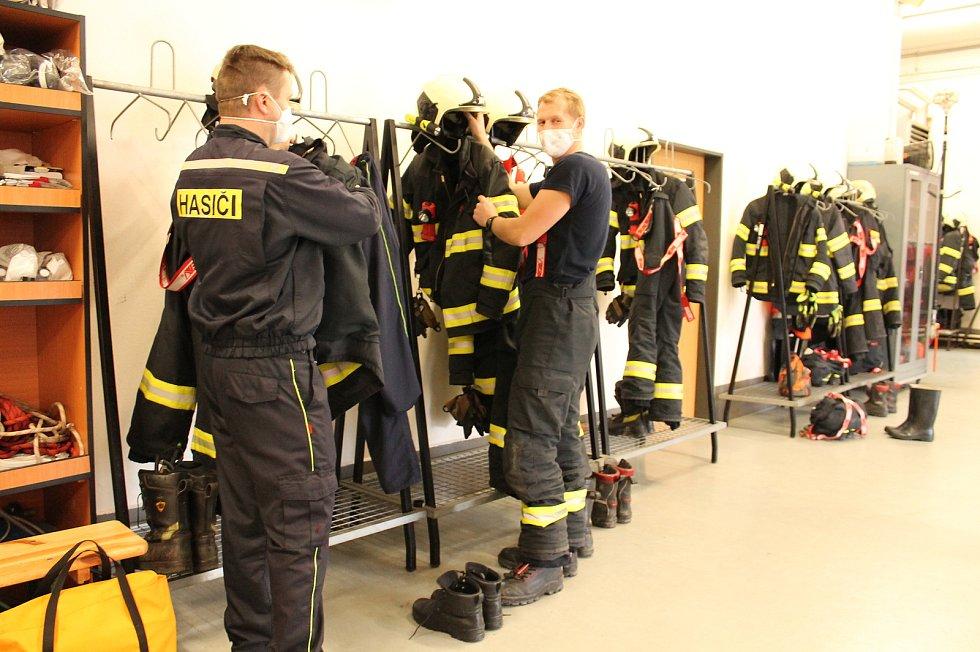 Profesionální hasič Martin Tomášek (vpravo na snímku) byl ve službě na Štědrý den prvně.