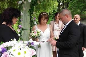Petra Šímová a Richard Čížek jsou prvním letošním párem, který se bral u Jaderné elektrárny Temelín.
