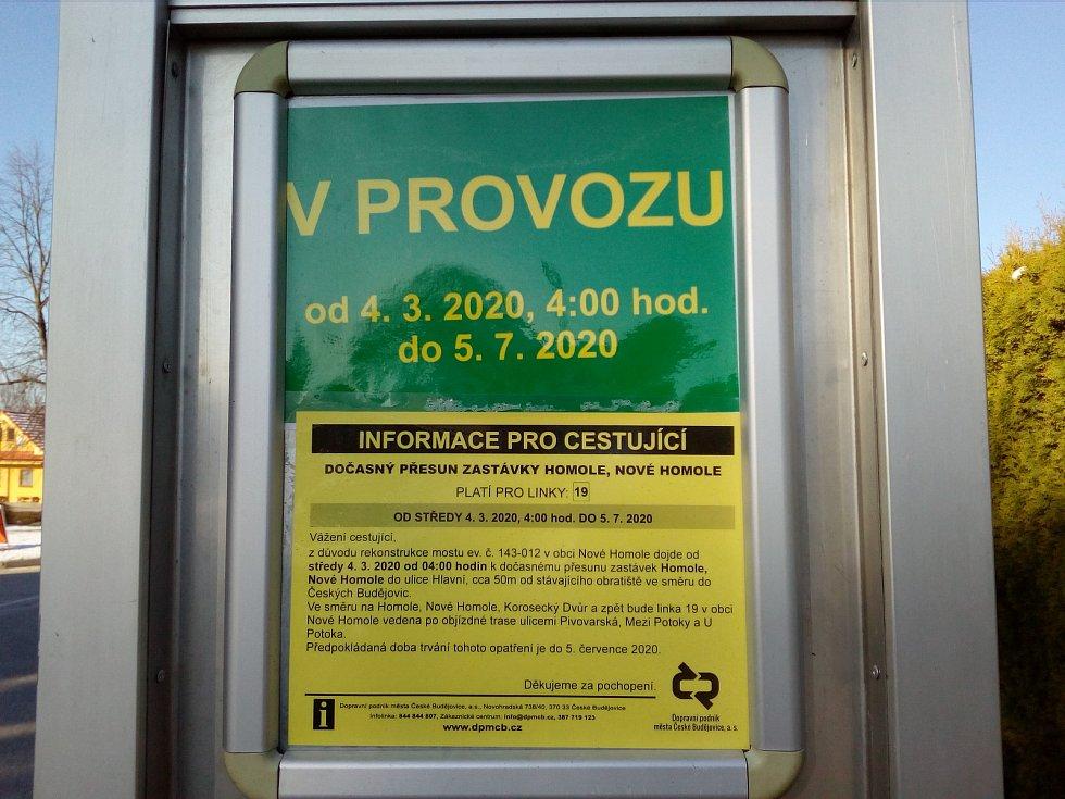 Uzavírka v Nových Homolích kvůli rekonstrukci mostu. Náhradní zastávka MHD.