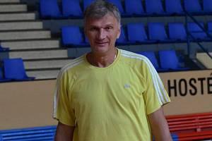 ASISTENT. Kouč Strakonic Ivan Beneš pomáhá reprezentačnímu trenérovi Blažkovi.