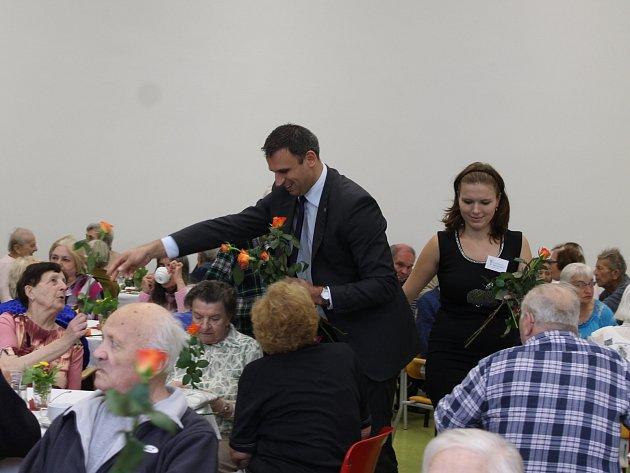 Slavnostního ukončení rekonstrukce Domova důchodců Dobrá Voda se včera zúčastnil také jihočeský hejtman Jiří Zimola. Na snímku věnuje obyvatelkám domova při této příležitosti růže.