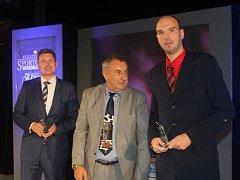 DESÁTÝ. Stanislav Zuzák (vpravo) byl na jihu Čech mezi nejlepšími sportovci poprvé. Cenu mu předávali legendární hokejista Jaroslav Pouzar (uprostřed) a ing. Miroslav Slaba, ředitel společnosti Wittmann Battenfeld CZ