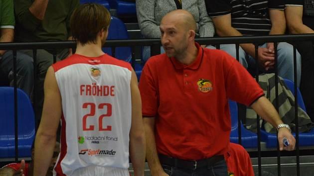 ASISTENT TRENÉRA. David Musil (vpravo), na snímku spolu s Michalem Fröhdem, u prvního týmu Lions pomáhá hlavnímu trenérovi Karlu Forejtovi. Oba dva pak v klubu vedou také mládež.