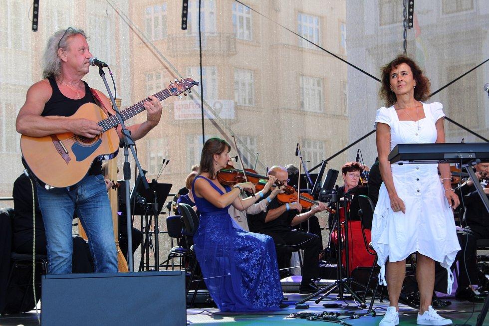 Aneta Langerová a další skupiny vystoupily v pátek na českobudějovickém náměstí Přemysla Otakara II. na podporu všem z první linie.