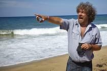 Do kin přichází komedie Babovřesky 3, kterou režisér Zdeněk Troška natáčel v jižních Čechách. Na snímku režisér při natáčení u moře v Turecku.
