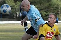 V minulém zápase doma, ve kterém juniorka Dynama rozstřílela K. Vary 6:2, dal Michal Kaňák tři góly (na snímku z derby v S. Ústí budějovický útočník bojuje s Robertem Kochlöflem).