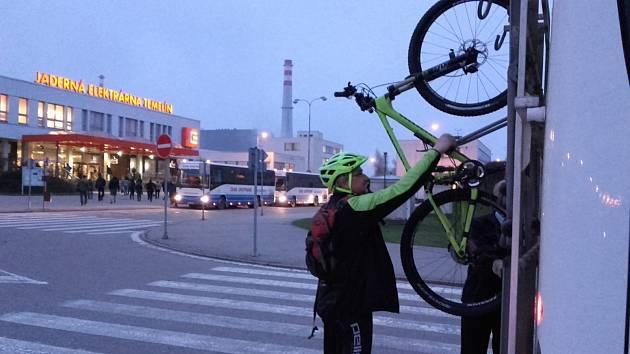 Od dubna do konce října měli zaměstnanci elektrárny Temelín možnost vyměnit auto za cyklobus a kolo. Šanci využily desítky zaměstnanců.