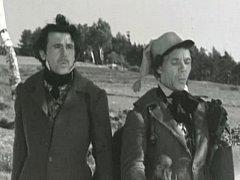 Křepelka (Zdeněk Dítě) s Strnad (Josef Kemr) přicházejí po vyobcování na venkov.