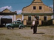 Záběr z filmu Kam čert nemůže. Statek čp. 27 s typickou fasádou selského baroka ve Zbudově a muž s renaultem.