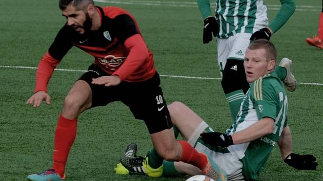 Elvist Ciku se střelecky proti Bohemians beprosadil. Na snímku z loňského utkání obou týmů uniká Peteru Čögleyimu).