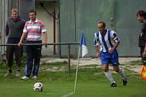 Jiří Povišer (na snímku z derby s Bavorovicemi zahrává roh), hrající asistent trenéra, v Dražicích svým gólem v 90. minutě zajistil Hluboké první body v sezoně, na které čekala šest kol!