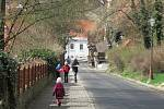 Velikonoce na Hluboké jsou pestrobarevné, malované betonové kraslice zdobí zámecký park i trasy okolo Staré obory či hlubockých rybníků.