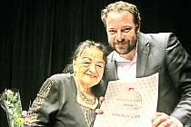 Operní režisérka Inge Švandová - Koutecká (80) dostala 7. prosince v Jihočeském divadle prestižní cenu Senior Prix. Předával ji ředitel divadla Lukáš Průdek (na snímku).