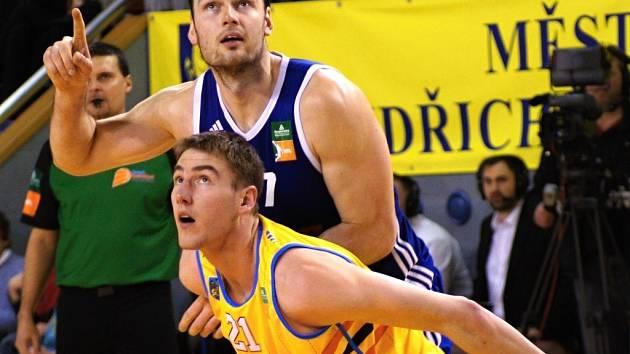 VÝBORNĚ. Jakub Kaša (ve žlutém) podal proti svému bývalému týmu skvělý výkon