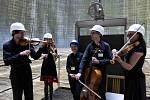 Kvarteto Jihočeské filharmonie zahrálo 20. června v chladicí věži Jaderné elektrárny Temelín. Zazněly skladby Mozarta, Debussyho a Dvořáka. Na snímku zleva Martin Týml, Kristýna Kočová, Dana Drábová, Jiří Šlechta a Eva Mrkvicová.
