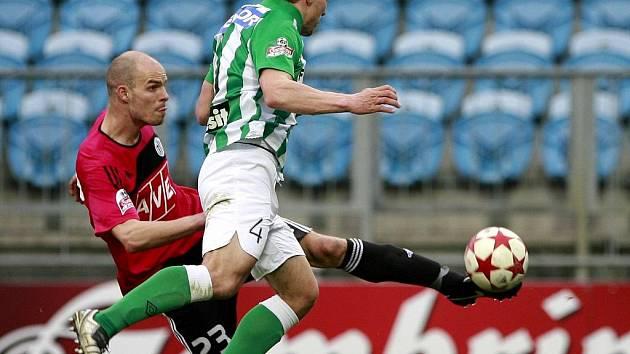 Střelu Lovre Vulina, jenž proti Bohemians byl autorem vyrovnávacího gólu Dynama, blokuje Josef Jindřišek.