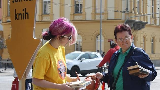 Dana Táborská přinesla do sbírky plnou tašku knih. Přebírá je jedna z organizátorek Anna Tesařová.