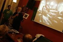 V kině Kotva se konají i výstavy. Na snímku fotograf Jindřich Štreit uvádí svou retrospektivu.