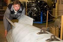 Půl tuny váží cvičná jaderná bomba, která láká do leteckéhio muzea v Deštné na Jindřichohradecku. Přesná váha je 480 kilogramů, měří přes tři metry, používali ji k výcviku sovětští letci. Na snímku je s ní Karel Novák.
