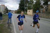 S MÍRNÝM ZPOŽDĚNÍM začíná běžecká sezona. V sobotu se v Holubově koná Běh bez hodinek. Foto: Deník