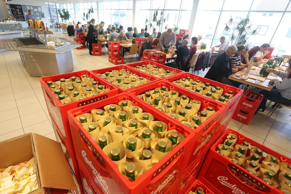 Tři tisíce lahví ručně baleného Budějovického Budvaru bude od okamžiku, kdy se v sobotu rozsvítí Vánoční strom, k dostání na adventních trzích na českobudějovickém náměstí Přemysla Otakara II.
