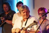 Jihočeská bluegrassová skupina Sem tam natočila po mnoha letech druhé album. Jmenuje se symbolicky Návrat. Snímek ze křtu desky v Solnici.