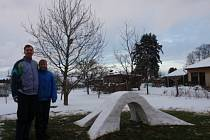 Sněhový most postavili o víkendu v Ledenicích manželé Petrášovi.