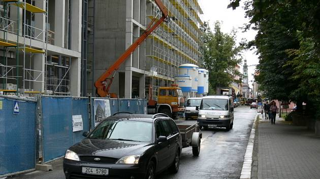 Budoucí několikapatrové sídlo úředníků E.ONu roste ve středu Českých Budějovic v ulici F. A. Gerstnera a přímo navazuje na Budvar arénu.