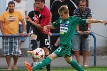 Milan Nitrianský v zápase s Příbramí centruje přes blokujícího Jiřího Mareš.