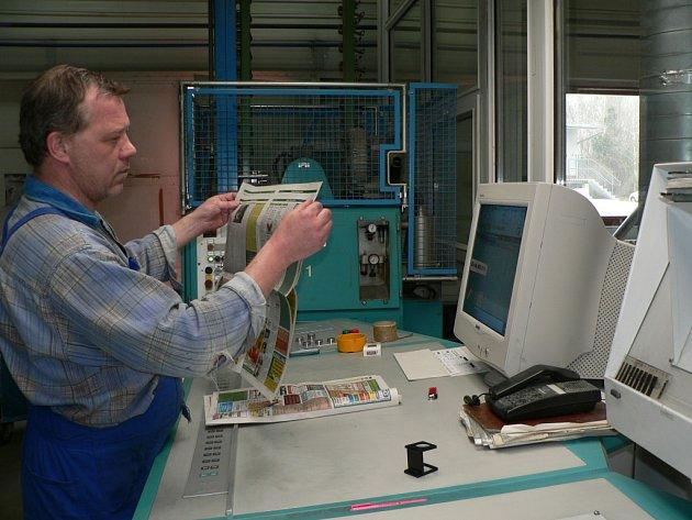 Tiskař ovládající moderní ofsetové rotačky pojmocí PC.