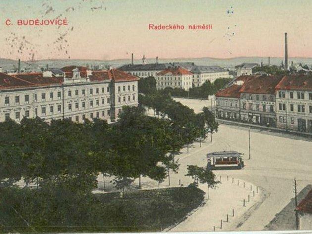 Tramvaj jede Žižkovou ulicí po roce 1910, tehdy přes Radeckého náměstí.