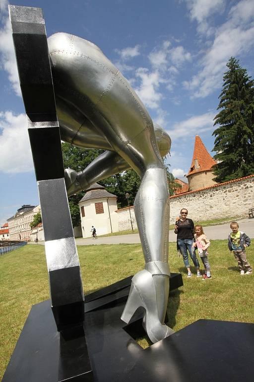Sochařská výstava Umění ve městě začala v Českých Budějovicích. Zapojilo se 13 autorů, vystavují přes dvě desítky prací. Open air expozice se letos rozšířila do Hluboké nad Vltavou a Veselí nad Lužnicí. Na snímku dílo Nohy, autor Richard Keťko.
