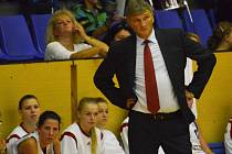 STRATÉG. Trenér Strakonic Ivan Beneš je u svých svěřenkyň respektovaný. Hráčky si jeho osobnosti velice váží.