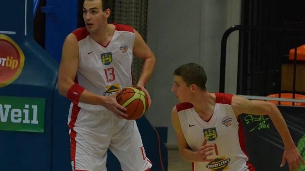 VÝBORNÝ VÝKON. Tomáš Vošlajer (vlevo) se v posledních trénincích zaměřil na hru pod košem a proti Ostravě ukázal, jak platným hráčem zde může být.  19 bodů, 14 doskoků a 9 získaných faulů mluví za vše.