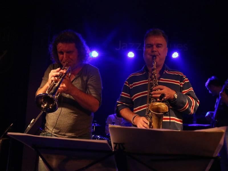 Známý českobudějovický klub Highway 61 má za sebou poslední koncert pod touto značkou. Na rozloučenou tam zahrál 16. ledna 2015 rocker Roman Dragoun s kapelou His Angels. Na snímku trumpetista Miroslav Barabáš a saxofonista Radek Kašpar.
