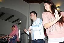 Na vlastní kůži si ve středu studenti zkoušeli řadu činností, které jsou v zemích zahraničních hostů běžnou záležitostí. Do role učitelky tance se například vžila Indonésanka Fadlila Ananingtyas,  žáky se stali Kristýna Spěváková a Tomáš Hondlík.
