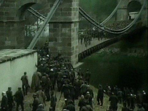Film Proč nevěřit na zázraky vznikl na jihu Čech. Na záběru zfilmu ustupuje německá armáda přes most uStádlce.
