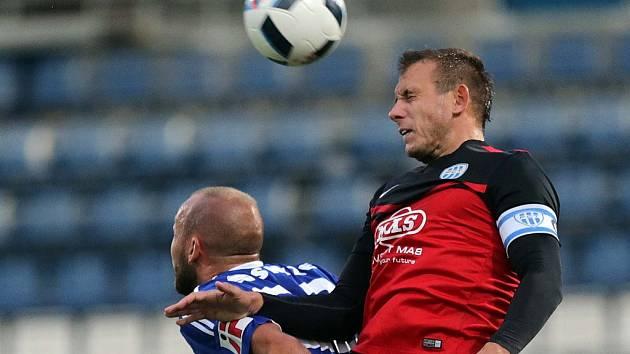 Ivan Cíferský v Olomoucí podal spolehlivý výkon. Na snímku odvrací vysoký míč od své brány.