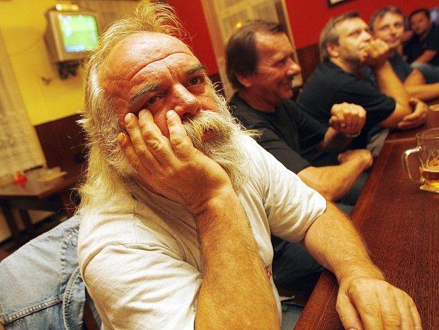Fanoušek Pavel Turek v českobudějovické hospodě Kanon smutně sleduje zápas se Slováky.